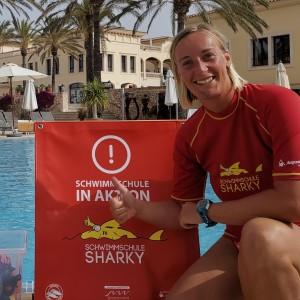 Schwimmlehrerin Franzi am Pool im Robinson Club Cala Serena