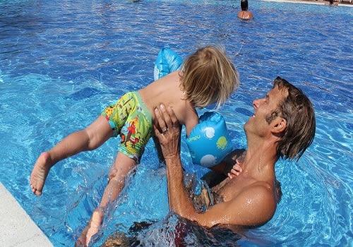 Schwimmschule Sharky Schwimmkurs und Wassergewöhnung Kind 3 Jahre